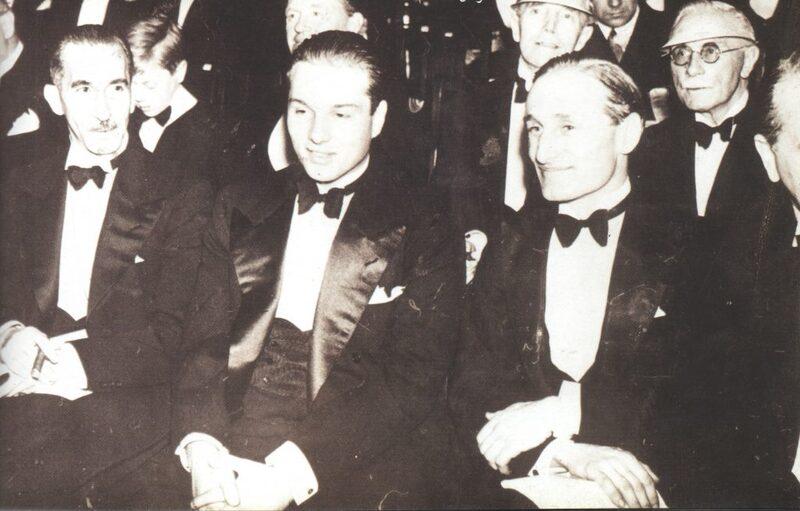 فاروق بصحبة أحمد حسنين اثناء فترة دراستة بلندن، اوائل عام 1936