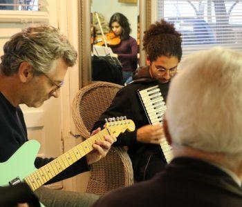 أثناء بروفة فرقة بالأفراح في منزل الأول في نيويورك في شهر ديسمبر 2018.