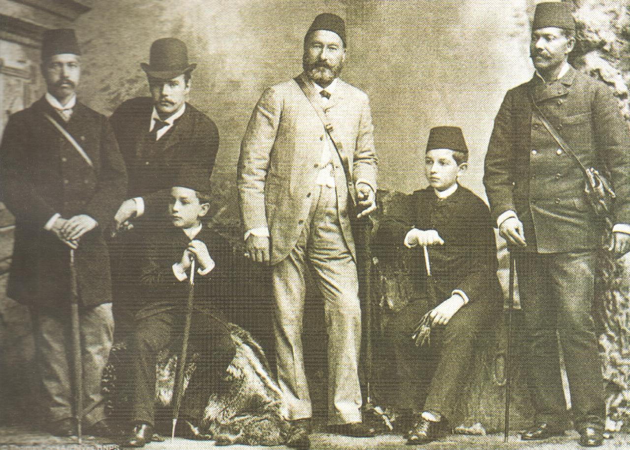 توماس كوك إلى جانب الخديوي عباس حلمي والأمير محمد علي خلال الزيارة الملكية لإنجلترا، 1886