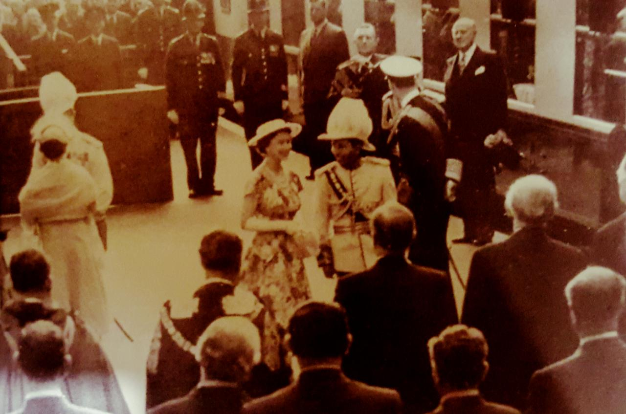الملكة اليزابيث تستقبل الملك فيصل الثاني ملك العراق في محطة قطار في لندن، 1956